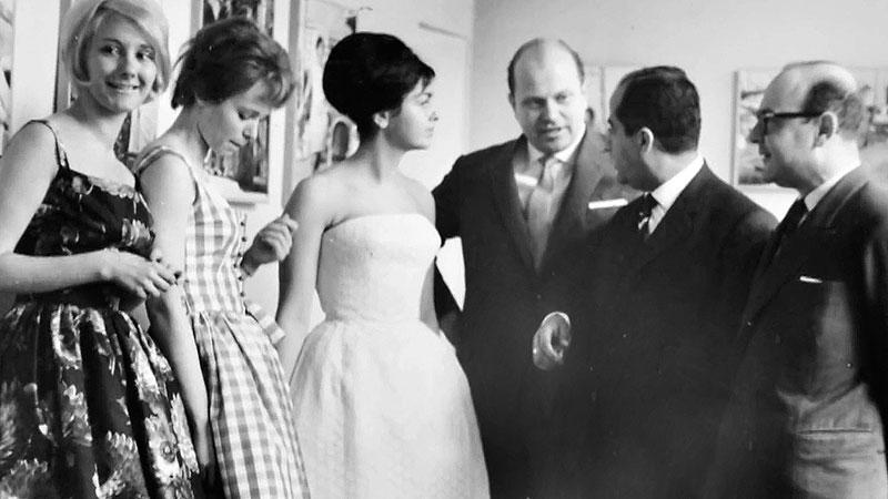 Heinz Bormann mit Mannequins bei einer Modenschau