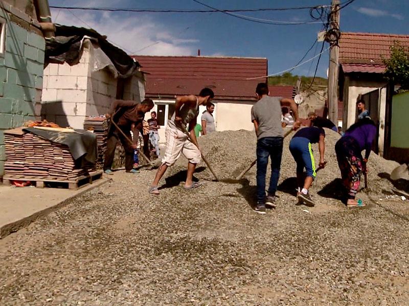 auch in der Siedlung passiert viel – feste Häuser und Straßen entstehen