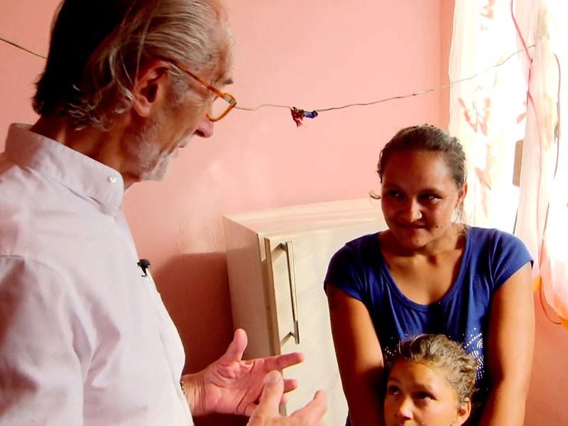 Arzt Helmut Wagner unterstützt Jennys Roma-Projekt seit Jahren und hilft ehrenamtlich vor Ort