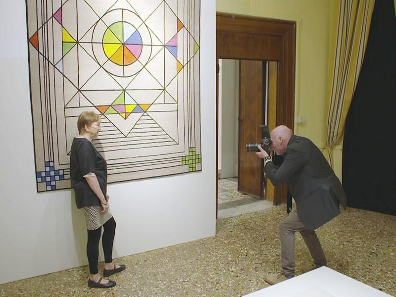 noch eine Ausstellung: Renate Müller mit ihren Riesen-Teppichen auf der Biennale in Venedig