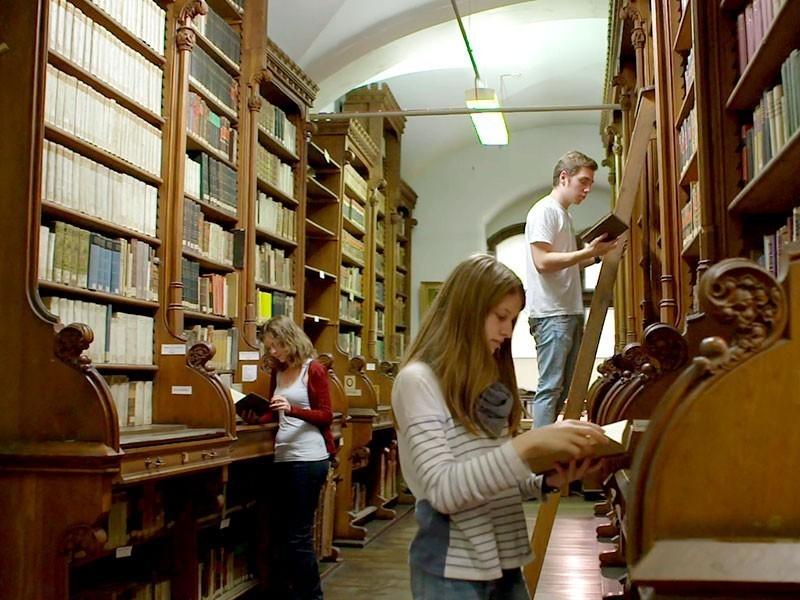 in der historischen Bibliothek lagern unzählige originale Bücher – das Gedächtnis der Mönche