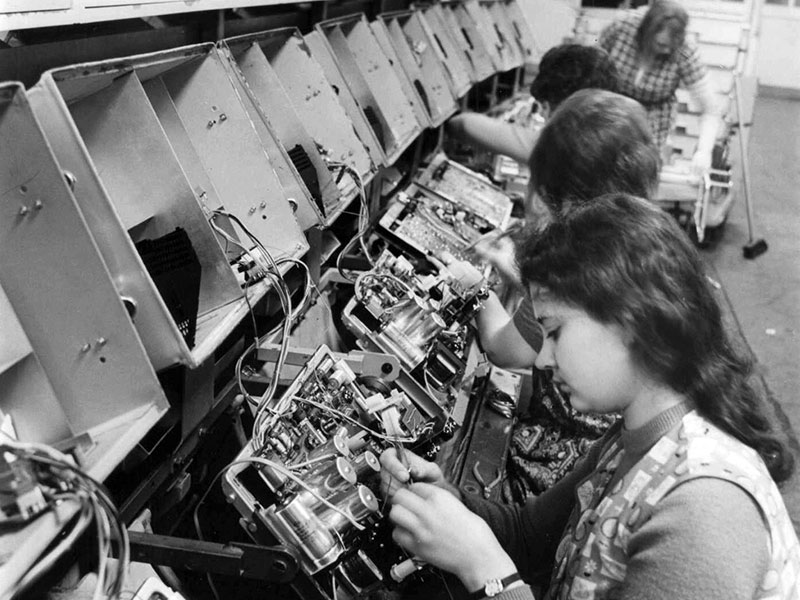 Das Fernsehgerätewerk beschäftigte hauptsächlich Frauen. Hier ist zu sehen, wie sie Chassis montierten