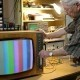 Mann repariert Farbfernseher