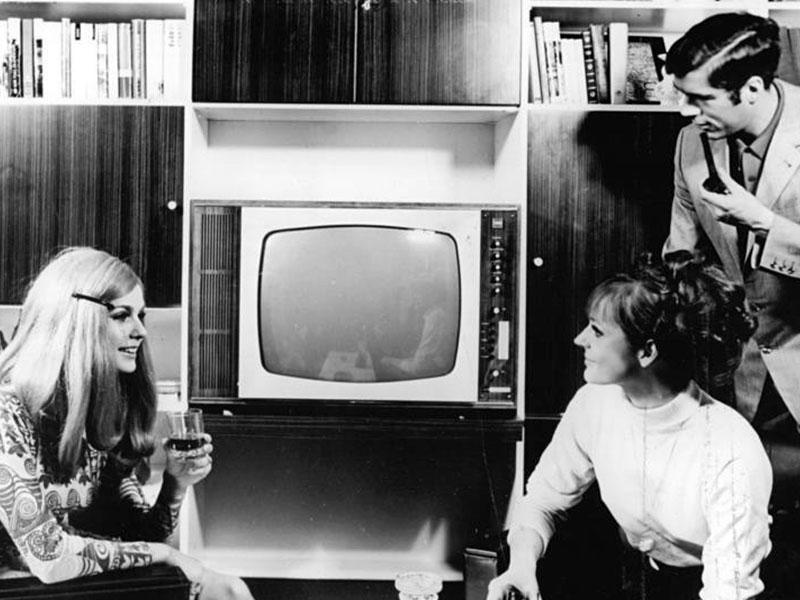 Junge Menschen vor dem Fernsehgerät Color 20